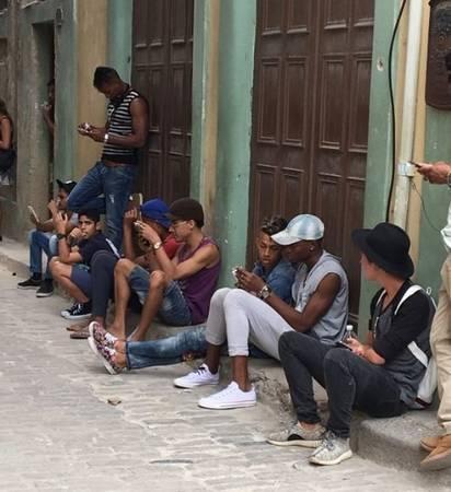 Cơn sốt điện thoại di động trong giới trẻ ở Cuba - Ảnh: Twitter