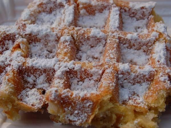 Bánh waffle (Bỉ): Bánh waffle có nguồn gốc từ Bỉ và là món ăn vặt được yêu thích ở đây. Món bánh ngậy bơ này ăn ngon nhất khi còn nóng, rắc thêm bột đường hoặc ăn kèm bơ Nutella.