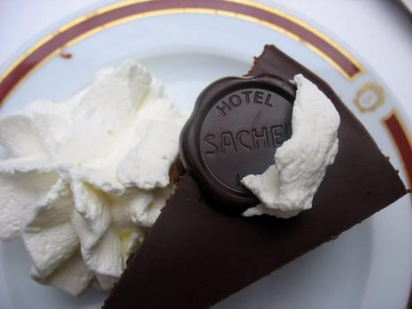 Sachertorte (Áo): Sachertorte là món bánh chocolate không quá ngọt, được Franz Sacher sáng tạo ra vào năm 1832.