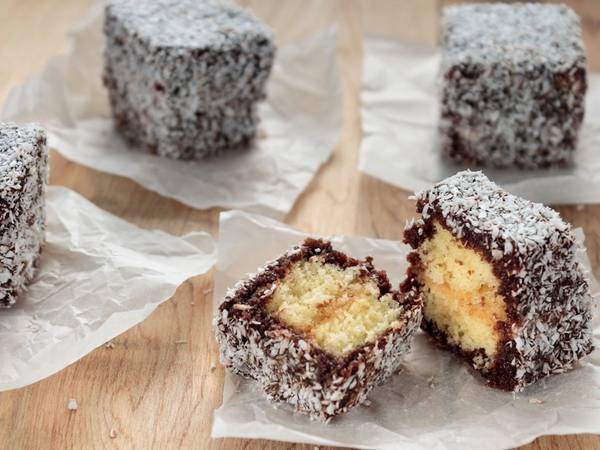 Lamingtons (Australia): Lamingtons là bánh xốp vàng được làm hình vuông, phủ chocolate và rắc bột dừa.