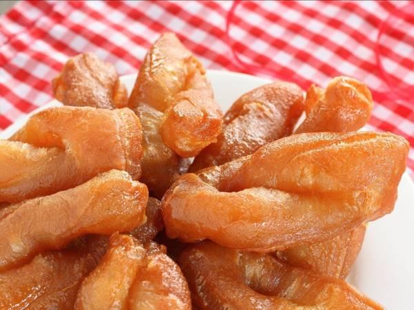 Koeksisters (Nam Phi): Thường được ăn lúc uống trà, koeksisters là món tráng miệng được làm từ các dải bột xoắn lại, rán giòn và sau đó nhúng vào si-rô đường lạnh.