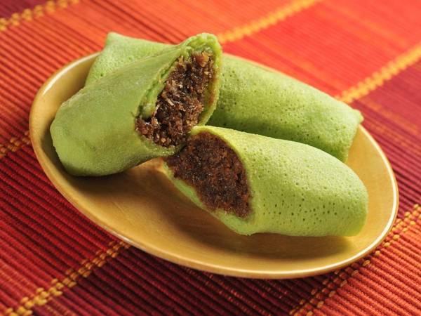Dadar gulung (Indonesia): Trong tiếng Indonesia, dadar nghĩa là bánh kếp, còn gulung nghĩa là cuộn. Dadar gulung rất phổ biến ở Java, là bánh kếp màu xanh (từ lá dứa) cuộn ngoài đường dừa ngọt ngào.