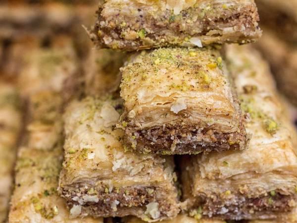 Baklava (Thổ Nhĩ Kỳ): Là một trong những đặc sản của Thổ Nhĩ Kỳ, baklava gồm nhiều lớp bột mỏng với hỗn hợp các loại hạt giã nhỏ ở giữa. Các lớp kết dính với nhau nhờ si-rô hoặc mật ong.