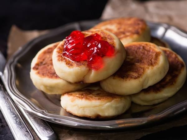 Syrniki (Nga): Người Nga đặc biệt thích syrniki, một loại bánh kếp làm từ quark (sản phẩm sữa làm từ phô mai có vị tương tự kem chua). Bánh được rán lên, ăn kèm mứt, sốt táo, kem chua hoặc mật ong.