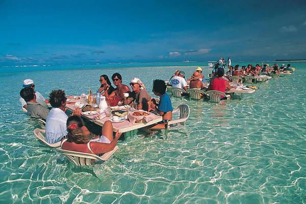 Nhà hàng trên biển ở Bora Bora - Ảnh: BOREDPANDA