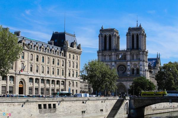 Nhà thờ Đức Bà Paris: Tính từ khi đặt viên đá đầu tiên đến lúc hoàn thành, quá trình xây dựng nhà thờ Đức Bà Paris kéo dài mất 187 năm với rất nhiều kiến trúc sư tham gia thiết kế. Nhà thờ nổi tiếng thế giới này nằm bên bờ sông Seine, mang lối kiến trúc Phục Hưng.