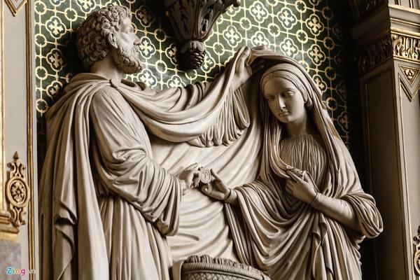 Những bức phù điêu mô tả thánh tích được chạm khắc tinh xảo.
