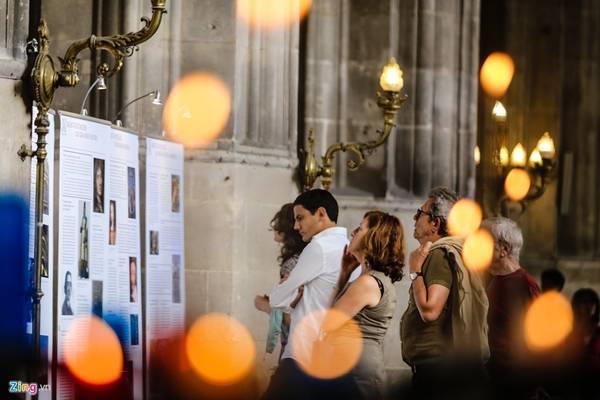 Mỗi ngày, nhà thờ đón gần nghìn lượt du khách từ khắp nơi trên thế giới đến tham quan.