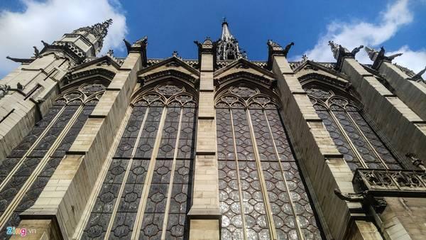 Nhà thờ Saint Chapelle (Paris) được Vua Louis 9 xây dừng từ thế kỷ 13, diện tích khá khiêm tốn. Đây lại là một trong những nhà thờ đẹp bậc nhất nước Pháp với hệ thống kính bao bọc toàn bộ.