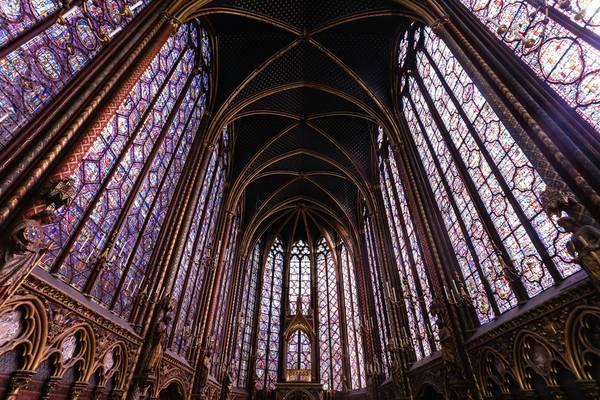 Nhà thờ dài 36 m, rộng 17 m, nhưng chiều cao đến 42 m. Thiết kế này giúp công trình phô diễn được nghệ thuật ánh sáng của 15 bộ kính màu bao phủ quanh nhà thờ. Ánh nắng chiếu vào, cả không gian trở nên lung linh huyền ảo.
