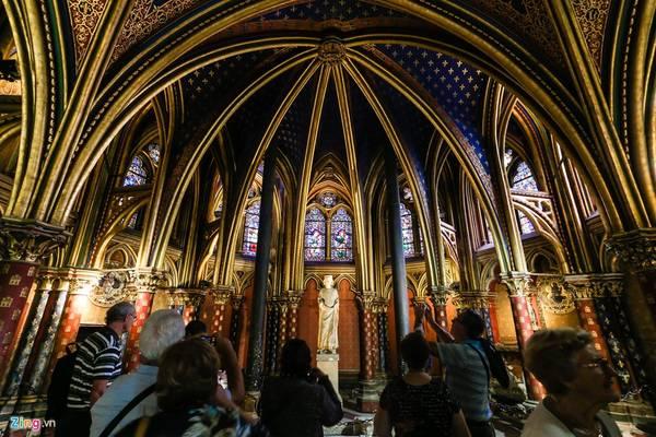 Nhà thờ Saint Chapelle trải qua nhiều lần trùng tu do chiến tranh nhưng vẫn giữ nguyên vẹn kiến trúc ban đầu.
