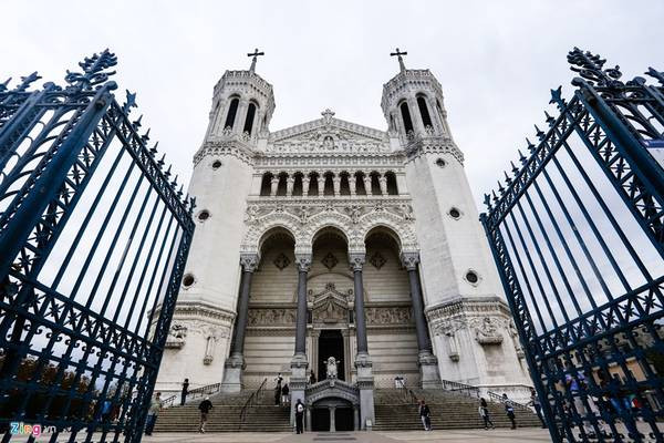 Nhà thờ Đức bà Fourvière (Lyon) được xây dựng vào thế kỷ 19. Đây là một trong những niềm tự hào vĩ đại của người Pháp khi được tổ chức Liên hiệp quốc công nhận là di sản lịch sử của thế giới. Mỗi năm công trình có khoảng 2 triệu du khách ghé thăm.