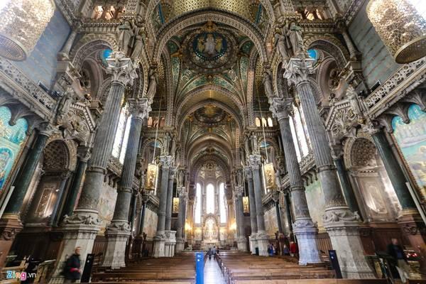 Khung cảnh bên trong nhà thờ khiến du khách choáng ngợp bởi nó được chạm trổ và điêu khắc tinh xảo đến từng chi tiết nhỏ. Đây được xem là vương miện của Lyon - thành phố lớn thứ 3 nước Pháp.