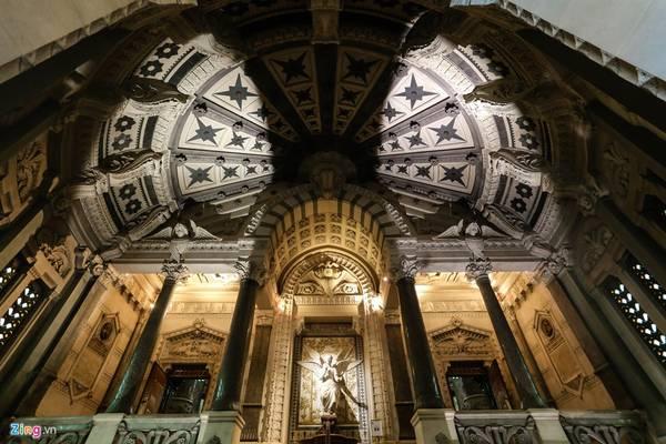 Sự độc đáo khác biệt của nhà thờ này là sự kết hợp giữa các chi tiết của kiến trúc Byzantine và Roman, tạo cho người xem một góc nhìn hài hòa giữa cổ điển và hiện đại.