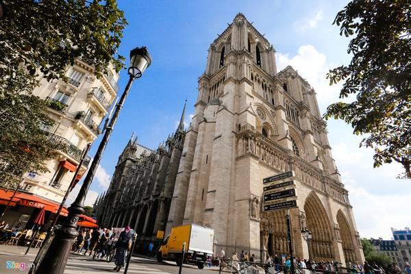 Ngay trên mặt đất, trước nhà thờ có biểu tượng Kilomètre Zéro của thành Paris. Tuy nhiên, du khách thường không để ý và bỏ qua chi tiết thú vị này.