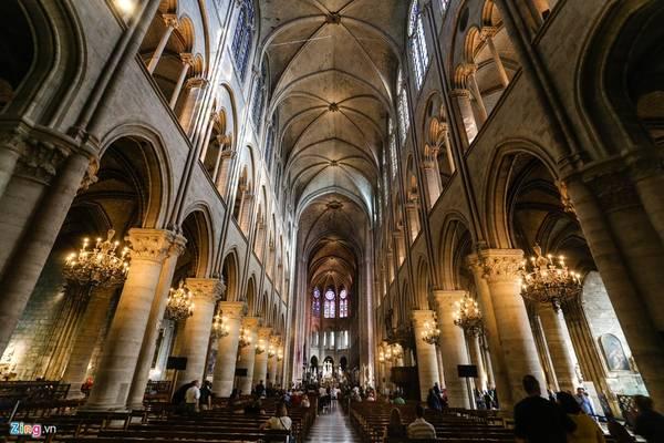 Du khách được tham quan tự do thánh đường chính, nhưng phải trả phí để lên các tầng cao để ngắm nhìn mặt tiền phía tây và cảnh quan Paris.