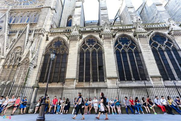 Hàng trăm người ngồi chờ xếp hàng để được lên ngắm tháp chuông Emmanuel khổng lồ, trọng lượng hơn 13 tấn, từng là chi tiết thú vị trong tác phẩm Thằng gù Nhà thờ Đức Bà.