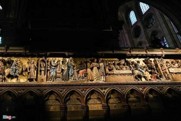 Những bức tranh thánh tích được điêu khắc tinh xảo và tỉ mỉ đến từng chi tiết.