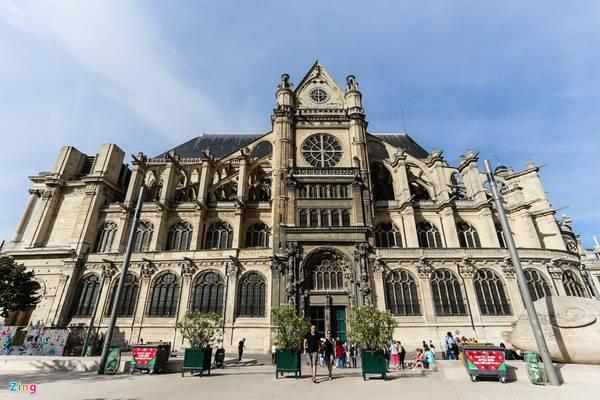 Saint-Eustache (Paris) là một trong những nhà thờ có tuổi xây dựng lâu nhất ở Pháp, kéo dài gần 100 năm, mãi đến năm 1772 mới hoàn thành. Nhà thờ này mang 3 nét kiến trúc đặc sắc Gothic, Baroque và Phục Hưng.