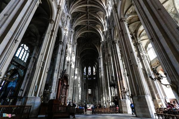 Nhà thờ Saint-Eustache được lấy cảm hứng từ nhà thờ Đức Bà. Những cột vòm khổng lồ cao vút tạo nên sự choáng ngợp và tôn nghiêm.