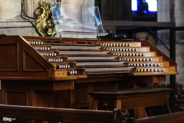 Nhiều hiện vật cổ quý hiếm còn được lưu giữ nguyên vẹn đến hiện nay như cây đàn dương cầm bằng gỗ quý này có tuổi đời hơn 200 năm.