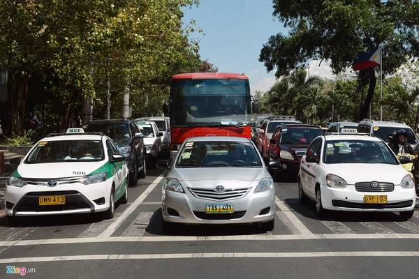 Philippines: Thủ đô Manila (Philippines) là một trong những thành phố có nhiều nét văn minh về giao thông. Mặc dù vậy, vấn nạn tắc đường ở đây không phải là không có, khi ngày càng xuất hiện nhiều tầng lớp trung lưu mới nổi thúc đẩy sự bùng nổ của xe hơi. Theo thống kê, người dân Philippines đã mua gần 300.000 xe mới trong năm 2015.