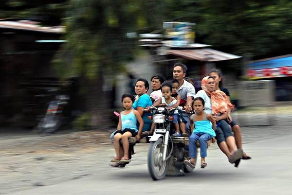 Một trong những phương tiện vận chuyển công cộng khác là dòng Habal Habal độc đáo. Đây là một chiếc xe gắn máy tùy chỉnh, có thể chở được 12 hành khách. Tuy nhiên, Habal Habal chỉ được sử dụng phổ biến ở vùng Mindanao, dùng để vận chuyển người và những đồ vật cồng kềnh. Ảnh: Erwin Mascarinas.
