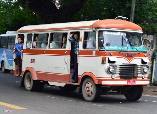 Xe bus, xe khách vẫn là một trong những phương tiện phổ biến trong các chặng dài. Hành khách sử dụng phương tiện này loại không có điều hòa được hưởng giá rất rẻ, nhưng phải chen chúc ngột ngạt. Thậm chí có người phải đứng cửa, khá nguy hiểm. Ảnh: Hoàng Anh.