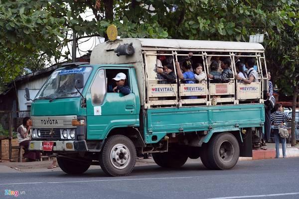 Phương tiện hữu dụng và được nhiều người dùng nhất là xe tải. Thùng xe phía sau có hai hàng ghế chứa được khoảng 10-12 khách, nhưng tài xế thường chở quá số lượng trên.