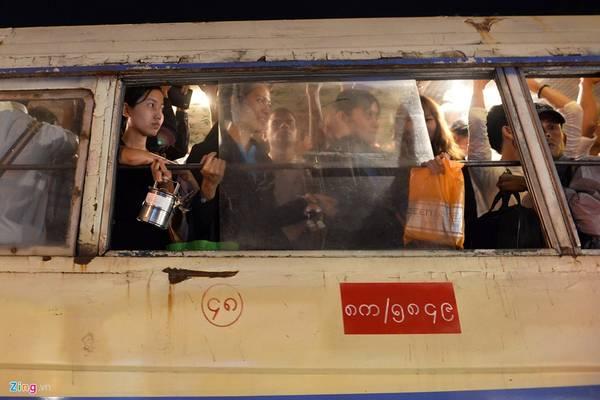 Nếu như ở Việt Nam, từ nhà ra phố mua bát cháo, bát phở cũng phải ngồi lên xe máy, thậm chí ôtô cá nhân, ở Yangoon, người dân phải sử dụng phương tiện công cộng chở khách giống như xe bus.