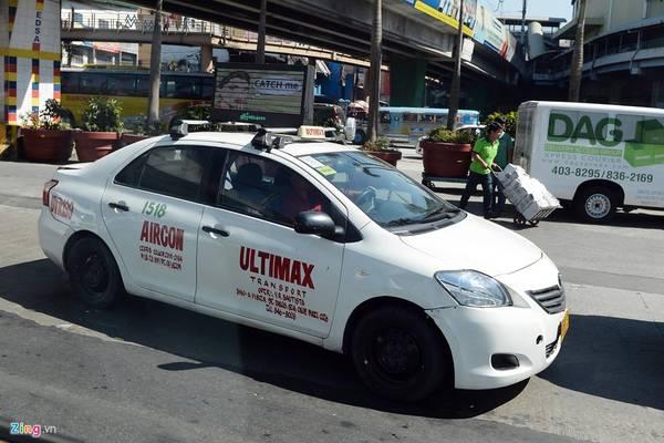 Cước phí taxi ở Thủ đô Manila khá rẻ so với các nước khác trong khu vực Đông Nam Á như Singapore, Malaysia, thậm chí là Việt Nam. Tuy nhiên, giá taxi từ sân bay về thành phố lại đắt hơn nhiều. Bình thường, nếu bắt taxi từ thành phố đi sân bay, hành khách sẽ phải trả khoảng 150-200 peso (70.000-90.000 đồng), nhưng ở chiều ngược lại là khoảng 500-600 peso (230.000-280.000 đồng) và được mặc cả.