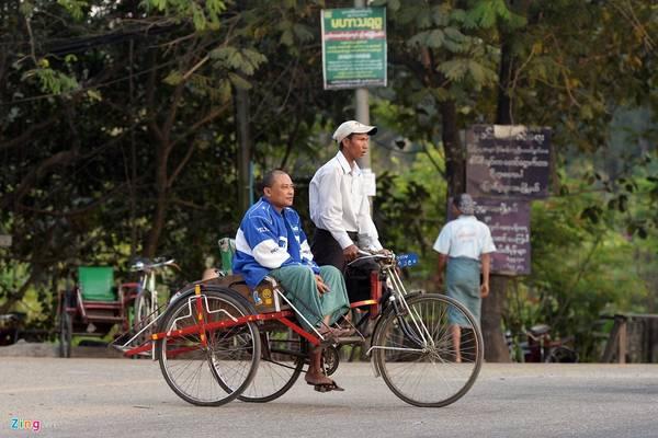 Ngoài ra, xích lô kéo cũng là một phương tiện chở khách phổ biến ở nội đô Yangoon. Người dân bản xứ thường sử dụng để đi chợ, hoặc đến các điểm rất gần, thay cho việc phải đi bộ mất thời gian.