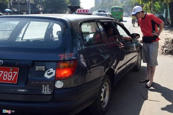 Taxi có thể bắt dọc đường, bến đỗ, và tài xế khá nhiệt tình với khách du lịch. Họ luôn gợi ý cho khách nên đi giờ nào, đến đâu tiện nhất, tránh ùn tắc hoặc lỡ chuyến bay.