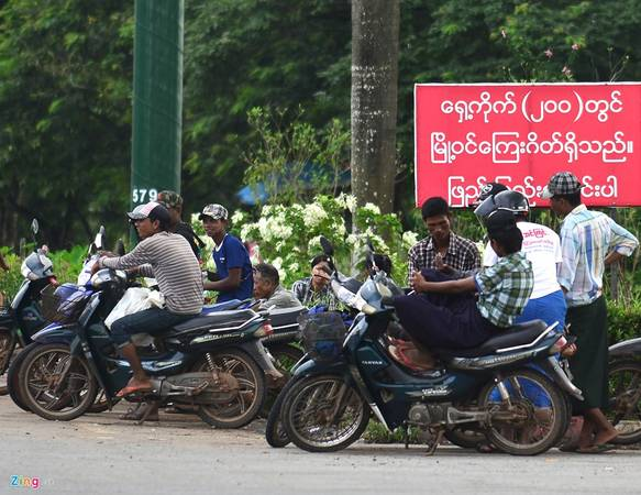 Phía ngoài nội đô, lực lượng xe ôm hoạt động khá đông. Do trong thành phố cấm xe máy, họ chỉ được phép hoạt động ở vùng ven. Ảnh: Hoàng Anh. (Xem thêm: Hạ tầng giao thông lập dị ở Myanmar).
