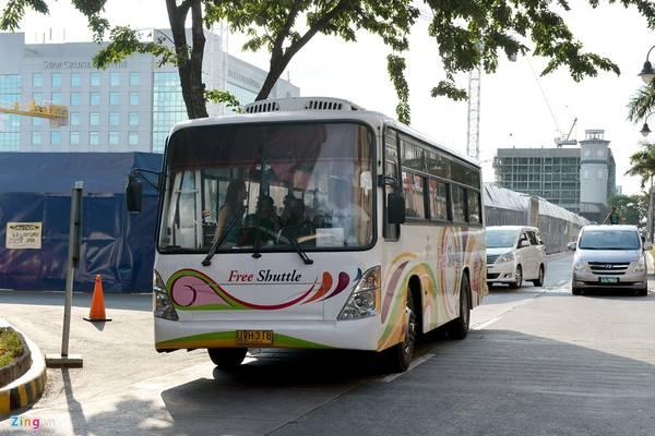 Philippines cũng có nhiều xe shuttle bus và tàu điện. Tuy nhiên, hệ thống đường ray tại Manila nhỏ, các đoàn tàu lại tồi tàn hơn nhiều so với ở các thủ đô khác tại Đông Nam Á như Jakarta, Kuala Lumpur hay Bangkok.