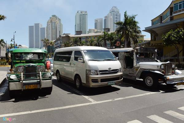 Jeepney là loại phương tiện vận tải hành khách công cộng phổ biến ở Philppines. Dòng xe này có nét tương đồng với Tuk-tuk ở Thái Lan, Lào, chủ yếu nó được độ lại từ ôtô Jeep cũ của Mỹ.