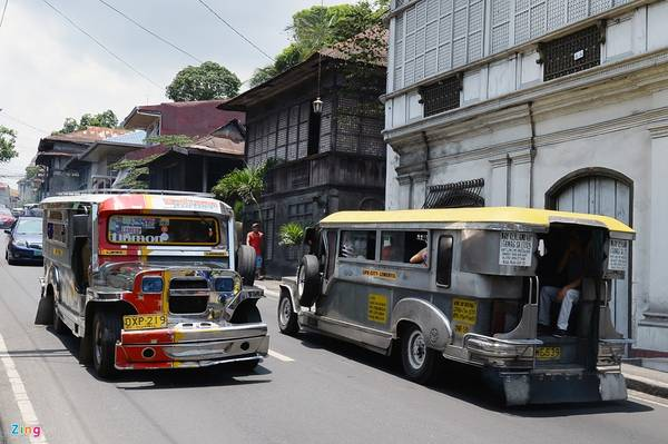 Jeepney hoạt động từ 6h-18h theo tuyến giống như xe buýt ở Việt Nam. Tuy nhiên, khách có nhu cầu thỏa thuận riêng vẫn có thể thuê xe chạy vào buổi tối.