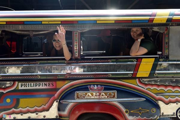 Giá cước vận chuyển tính theo đầu người là 8 peso (khoảng 4.000 đồng) cho 4 km đầu tiên và 50 cent cho mỗi km tiếp theo. Jeepney có thân sau được nối dài, với hai băng ghế hai bên chứa một lúc 20 khách.