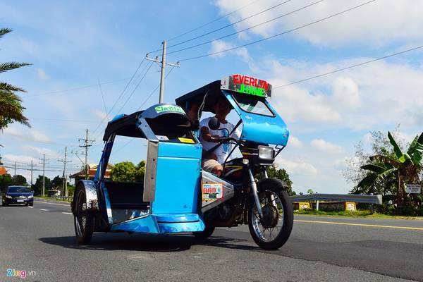 Ngoài taxi, bus, Jeepney, Philippines còn có loại xe đặc trưng khác là tricycle (xe ba bánh tự chế). Người dân ở thành phố Koronadal, cách thủ đô Manila khoảng 1.000 km về phía nam, ưa chuộng dòng xe này để làm phương tiện đi lại và đưa đón khách du lịch.