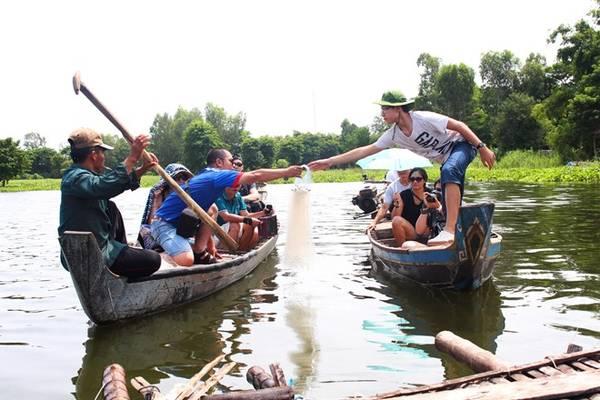Giăng lưới bắt cá linh: Vào mùa nước nổi, lưu lượng nước và hải sản ở các hồ, rạch, kênh của miền Tây tăng đáng kể. Bạn chỉ cần giăng lưới, chờ qua đêm hay chờ vài tiếng là có thể kéo lên. Ảnh: An Huỳnh.