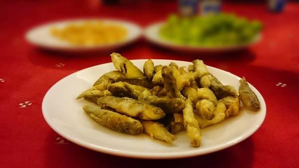 Bỏ phần ruột đắng, thêm ít rau trong vườn hay bông điên điển là bạn có món cá kho tộ, canh chua... Ảnh: An Huỳnh.