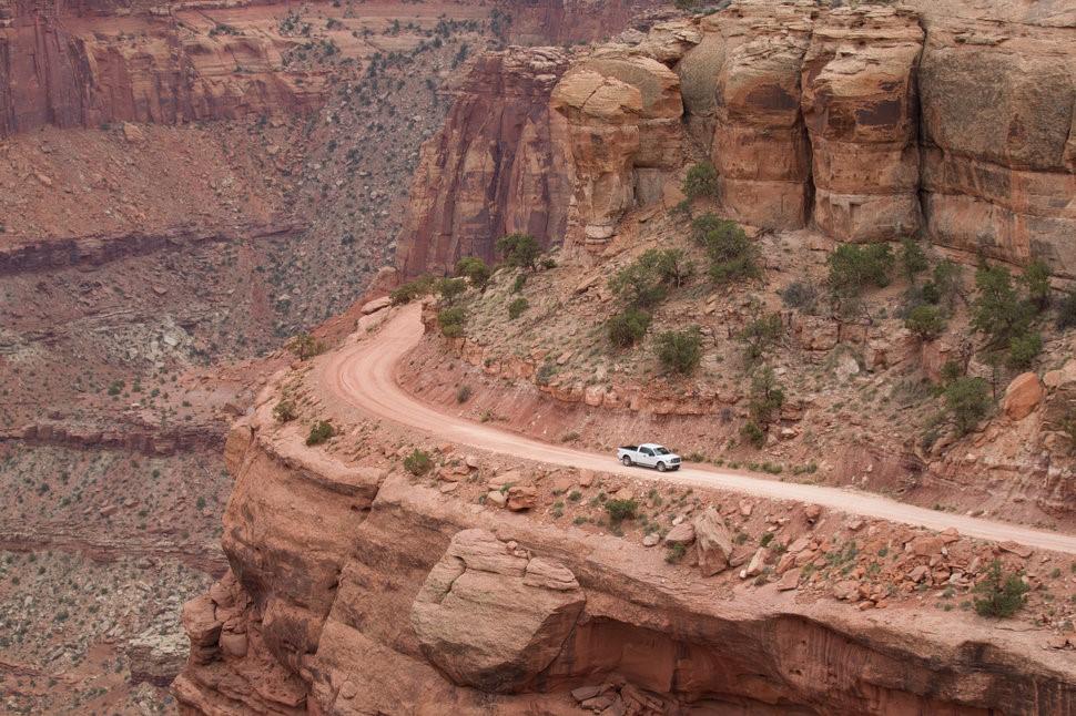 Đường núi Công viên Canyonlands, Mỹ: Du khách được chiêm ngưỡng khung cảnh hùng vĩ của Công viên Canyonlands (Utah), nhưng đối mặt với nguy cơ rơi xuống vực sâu từ con đường đất hiểm trở này.