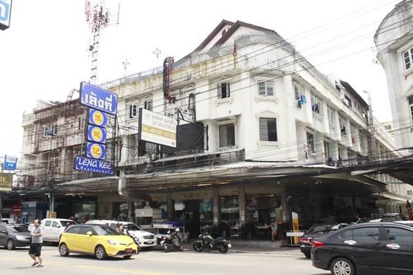 Đến khu trung tâm Pattaya, chỉ cần hỏi bất kỳ người dân nào, họ đều có thể chỉ rõ đường đến Leng Kee - quán ăn chuyên các món Thái - Trung khá nổi tiếng đối với dân du lịch. Sau khi ăn xong, bạn có thể bắt xe tuk tuk đến Walking street với giá khoảng 20 baht/người (12.000 đồng).