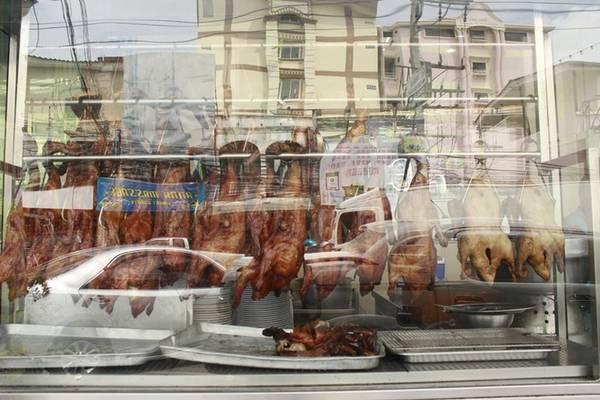 Các món ăn Trung Quốc được đánh giá khá cao ở đây. Món đinh của tiệm chính là gà, vịt quay, được đặt trong tủ kính sạch sẽ, sáng bóng. Nhân viên đông nên bạn được phục vụ nhanh bất kể giờ nào.