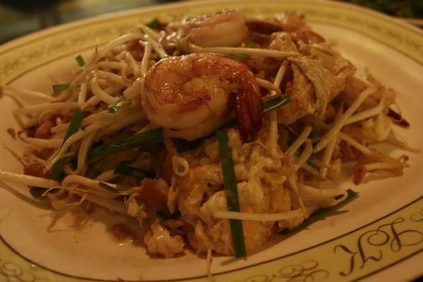 Điểm đặc biệt ở quán là chế biến ngon cả món Trung lẫn món Thái. Đĩa pad Thái tuy nhìn không mấy hấp dẫn nhưng mùi vị thì không thể chê, rất vừa miệng. Một phần pad Thái to có giá khoảng 170.000 đồng.
