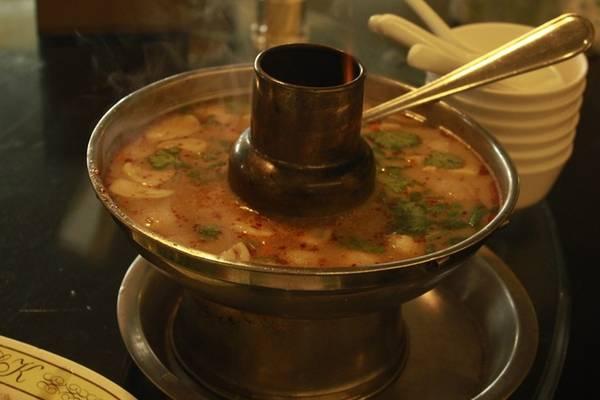 Nồi lẩu tom yum ở đây cũng khá ngon miệng với nhiều loại hải sản tươi rói như tôm, mực được nấu chung với nấm. Nồi to đủ cho khoảng 5 - 6 người ăn có giá khoảng 200.000 đồng.