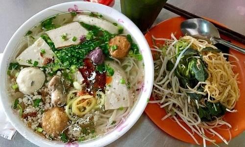 Tô bún mọc là món ăn duy nhất của quán suốt 40 năm qua. Ảnh: Sang Nguyễn.