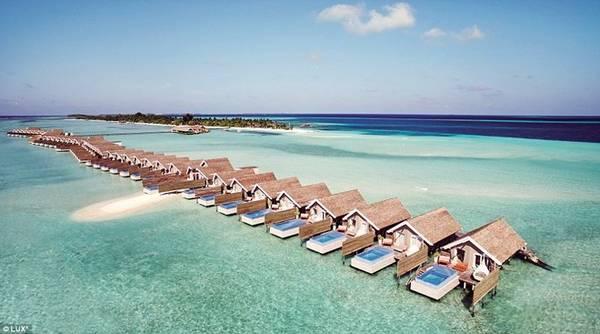 Resort 5 sao LUX South Ari Atoll là một trong những điểm dừng chân mới cho những ai muốn hưởng thụ chuỗi ngày như thiên đường ở đảo quốc Maldives huyền thoại. Khu resort xa hoa này sẽ khiến du khách phải ngỡ ngàng bởi độ hoành tráng và sang trọng, tới nỗi một khi đã tới hiếm ai muốn quay về.