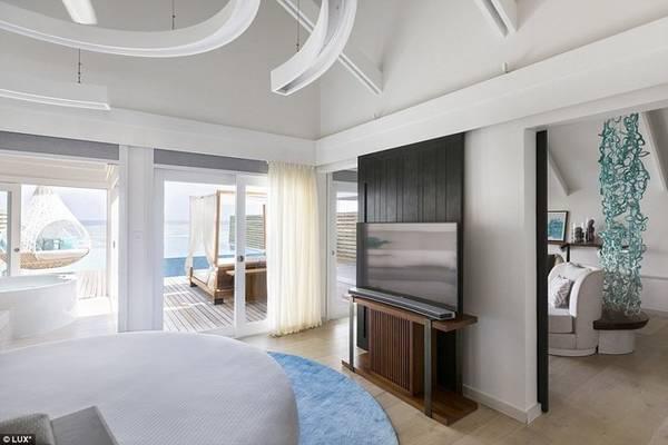 Khung cảnh hoàn hảo nhìn từ căn phòng của khách ra biển. Nội thất sử dụng chủ yếu màu xanh của biển và màu trắng của bờ cát.