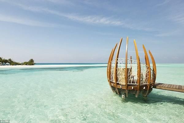 Resort bao trọn lấy một vùng biển với chiều dài hơn 3 km, lý tưởng cho du khách ngắm bình minh và hoàng hôn trên bờ cát trắng hay thả mình xuống làn nước trong xanh tới đáy.